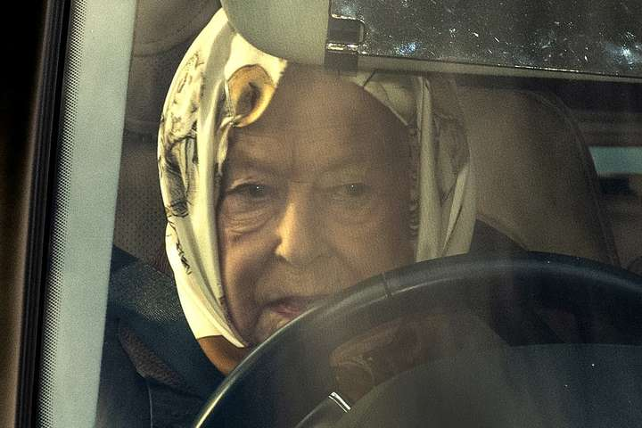 Королеву Єлизавету ІІ помітили за кермом джипа Range Rover