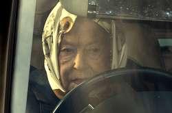Фото: — Королеву Єлизавету ІІ помітили за кермом джипа Range Rover