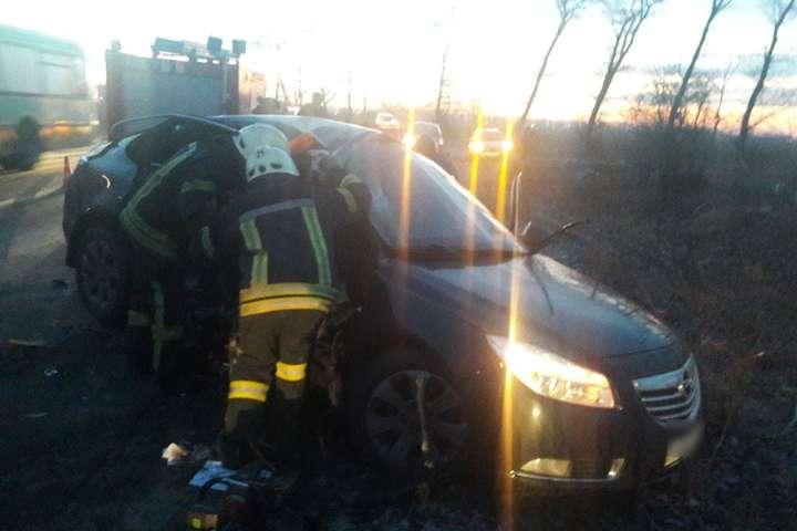 Тіло загиблої пасажирки діставали з автівки рятувальники - Смертельна ДТП під Києвом: поліція встановлює усі обставини (фото)