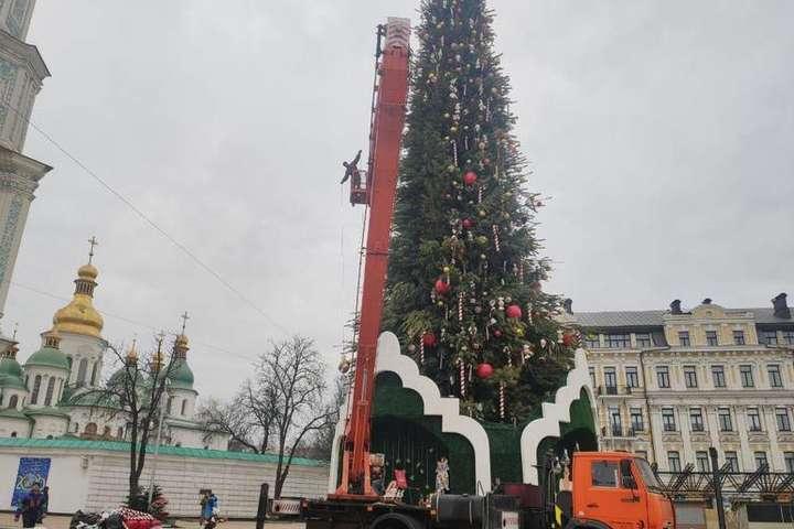 Комунальники знімають з ялинки іграшки та гірлянди — На Софійській площі розпочався демонтаж новорічної ялинки (фото)