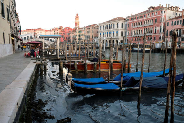В Венеции из-за отсутствия дождей пересохли каналы (фото)