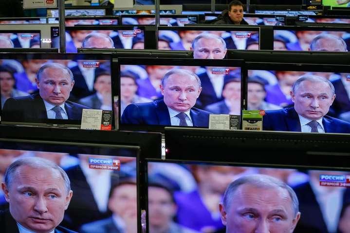 Росіяни сидять без штанів, але відчувають власну причетність до вирішення світових проблем