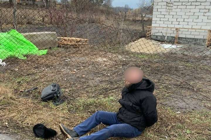 На Київщині чоловік з револьвером накинувся на поліцейських (фото, відео)