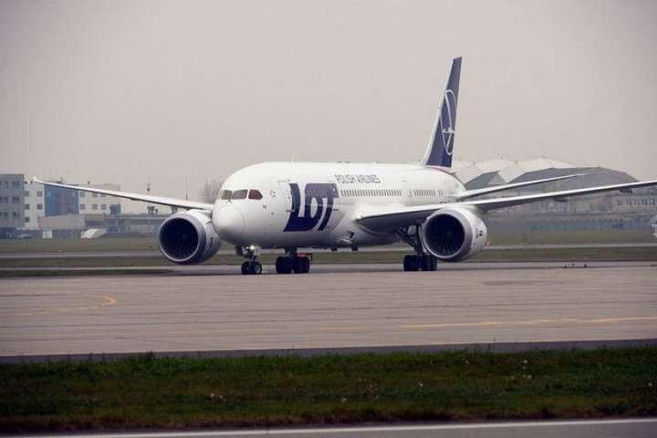 За словами представника LOT, після огляду літак знову вилетить до Москви - Літак Варшава-Москва повернувся назад до аеропорту