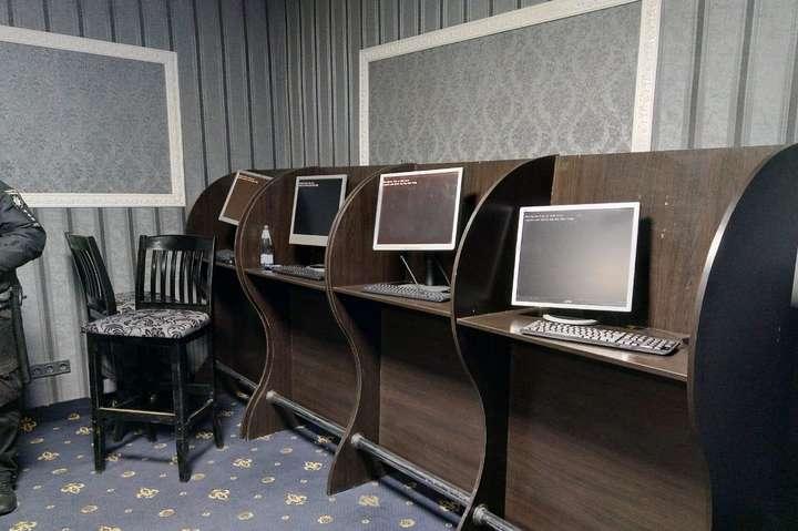 Поліція вилучила10 системних блоків, 11 моніторів, комплектуючі до комп'ютерної техніки - На Київщині правоохоронці вже закрили майже 300 гральних закладів (фото)