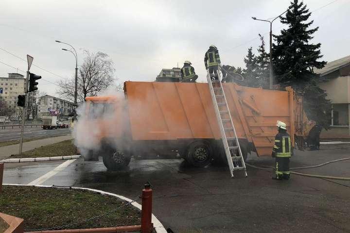 <p>Водій сміттєвоза під&rsquo;їхав до пожежної частини та звернувся за допомогою до вогнеборців</p> <p> — У Києві на ходу загорівся сміттєвоз і сам приїхав до рятувальників (фото)»></p></div> <div class=