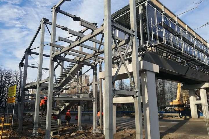 На пішохідному мосту встановлено більшість склопакетів пішохідної галереї - Закриті галереї, ліфти, антиковзне покриття: якими будуть мости над Борщагівською трамвайною лінією (фото)