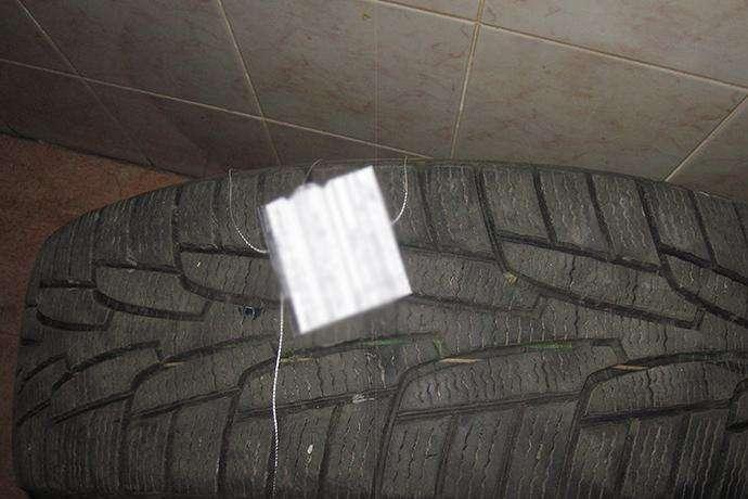 Чоловіки за допомогою спеціальних інструментів демонтували два колеса з автомобіля «Тойота» - Київські оперативники затримали злочинців, які знімали колеса з автівок (фото)