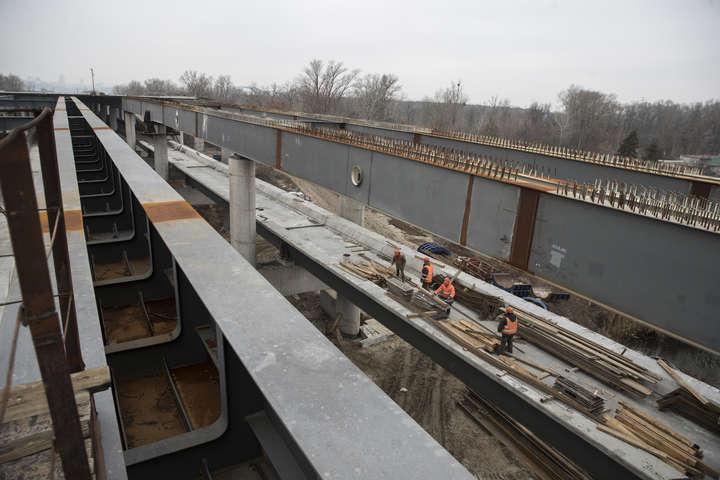На мосту ведуться підготовчі роботи для монтажу тросів - Кличко показав, що відбувається на будівництві моста-довгобуду (фото, відео)