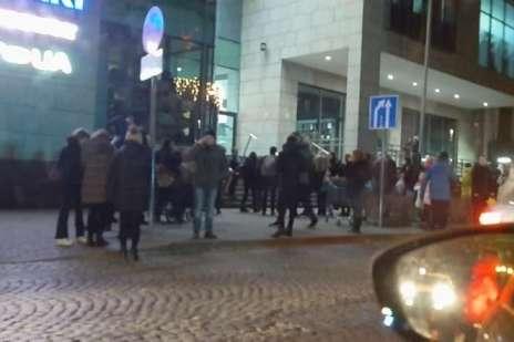 Люди швидко залишили будівлю, в якій почалася пожежа - У Львові загорівся популярний торговий центр, людей евакуювали (відео)