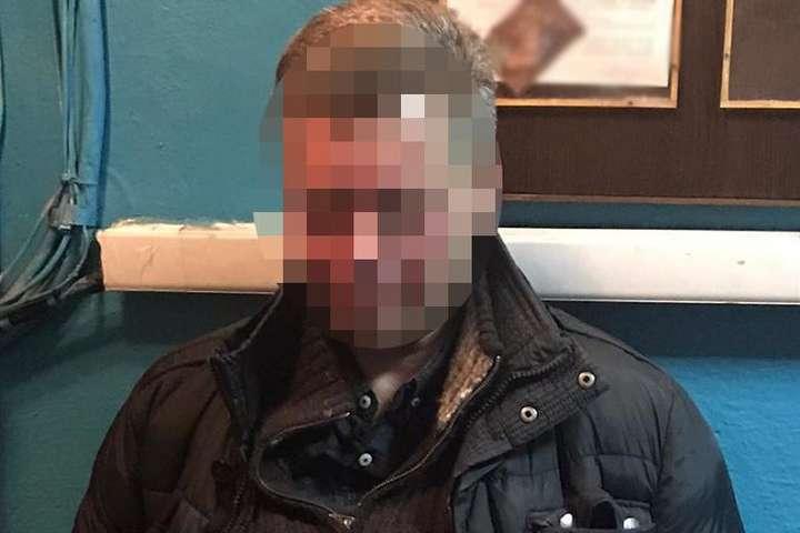 У київському метро чоловік напав на поліцейського
