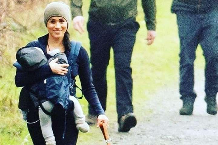 Счастливая Меган Маркл попала в объектив папарацци во время прогулки с сыном в Канаде