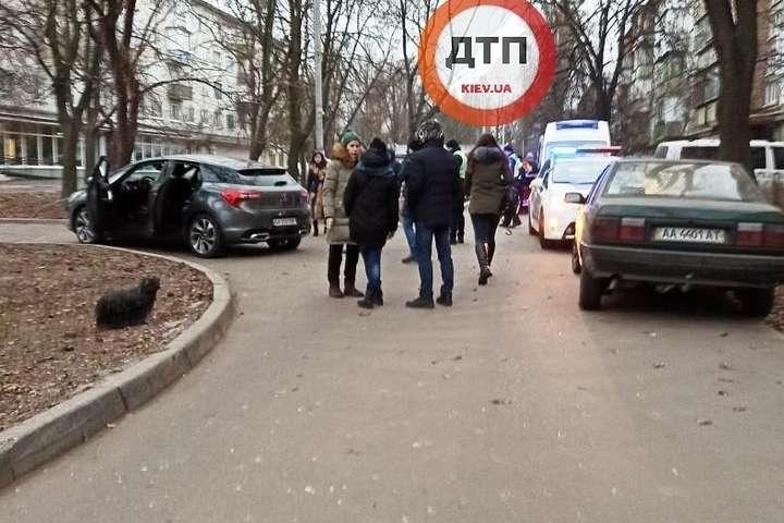 На місці ДТП працює поліція і медики швидкої допомоги - У дворі будинку в Києві автомобіль збив людину (фото)