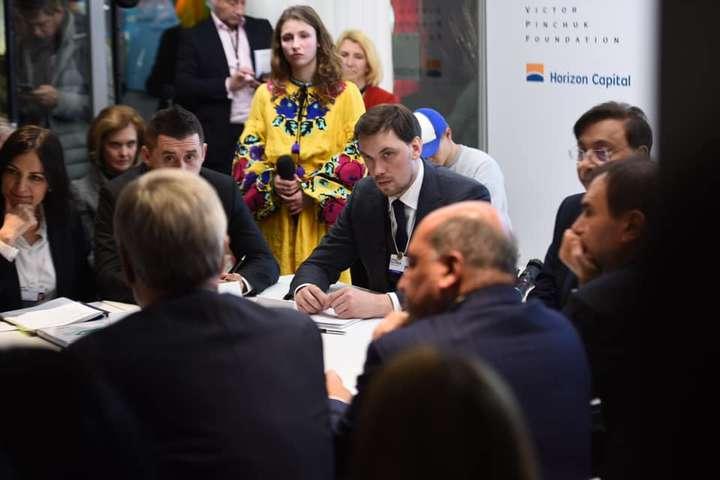 <p>За словами Олексія Гончарука, &laquo;зараз найкращий момент вкладати в Україну&raquo;</p> <p> — Гончарук провів у Давосі засідання Національної інвестиційної ради»></p></div> <div class=
