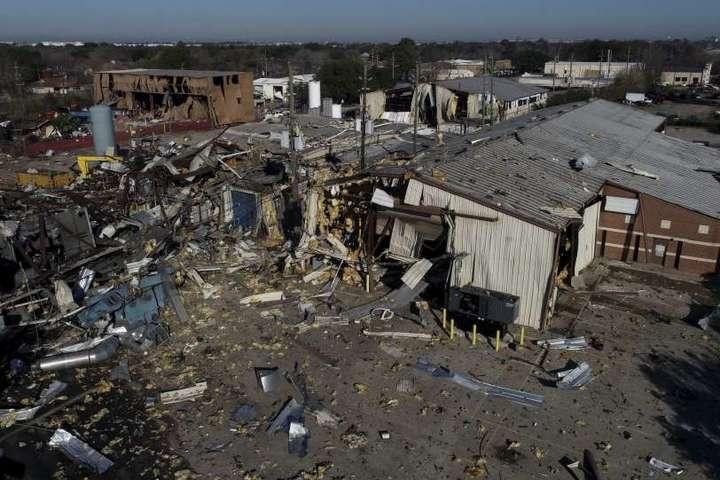 <p>Вибух&nbsp;був настільки сильним, що сусідні будівлі було пошкоджено</p> - У Х'юстоні прогримів сильний вибух на заводі: двоє людей загинули