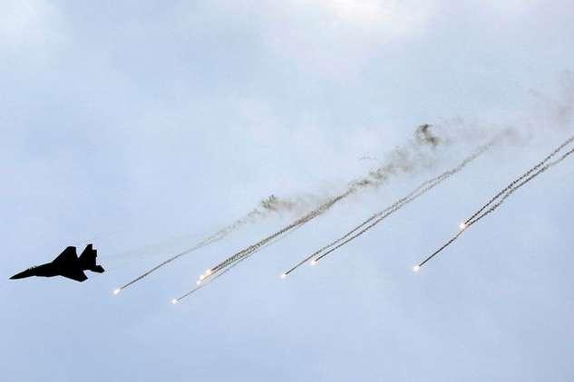 <p>Бойові літаки атакували пости збройного відгалуження &laquo;Хамаса&raquo; у центрі та на півдні Сектору Гази</p> - Ізраїль наніс кілька авіаударів по Сектору Гази