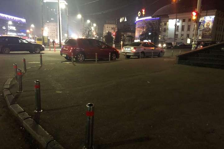 На тротуарах встановили антипаркувальні стовпчики - Поблизу цирку в Києві з'явився захист від автохамів (фото)