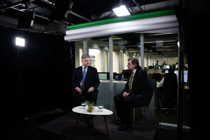 Петро Порошенко<span>зазначив, що російське керівництво не приховує того, що санкції є дуже обтяжливими для Кремля</span> — Мета Путіна – дестабілізувати єдність ЄС і скасувати європейські санкції – Порошенко
