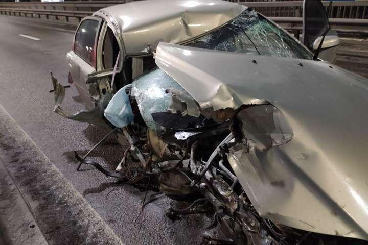 Автомобіль отримав серйозні пошкодження - Автотроща на Нивках: Volvo влетів у відбійник (фото)