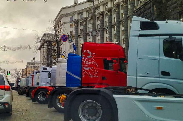 Тягачі стоять на вулиці Грушевського біля будівлі Кабміну - Через протест перевізників Києву загрожує транспортний колапс
