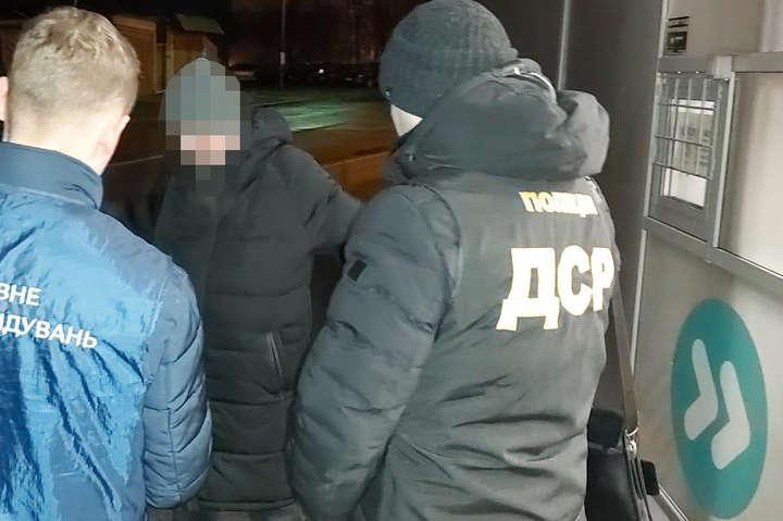 Посадовця затримали під час одержання хабара - У Києві податківець попався на хабарі у $700 (фото)