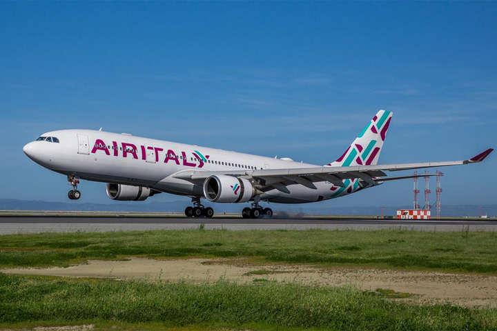 <span>Airbus A330 Air Italy</span> — Друга за величиною авіакомпанія Італії оголосила про припинення польотів»></div> <p><span>Airbus A330 Air Italy</span></p> <p>Фото: Air Italy</p> </p></div> <p>Другий за величиною авіаперевізник Італії <span>Air Italy</span>заявив про припинення польотів і запуску процедури ліквідації у зв'язку з рішенням акціонерів.</p> <p>У період з 11 по 25 лютого рейси будуть виконані за розкладом літаками інших авіакомпаній. Пасажирам, які мають квитки з вильотом на більш пізні дати, Air Italy пообіцяла компенсувати вартість перевезення.</p> <p>Авіакомпанія була створена у 2017 році на базі італійського авіаперевізника Meridiana після входження до складу власників Qatar Airways, яка придбала частку 49%. Основний пакет 51% залишився у засновників Meridiana.</p> <p>У Qatar Airways заявили, що після отримання міноритарної частки в італійській авіакомпанії надавали їй з самого початку необхідну підтримку, включаючи оренду літаків зі свого флоту, замовлення нових авіалайнерів, ін'єкцію капіталу і необхідні інвестиції.</p> <p>«Qatar Airways була готова знову виконати свою роль у підтримці зростання авіакомпанії, але це стало б можливим тільки при виконанні зобов'язань всіма акціонерами», — додали в Qatar Airways.</p> <p>Air Italy стане другою авіакомпанією в Італії, яка зупинить польоти в 2020 році. 11 січня <a href=