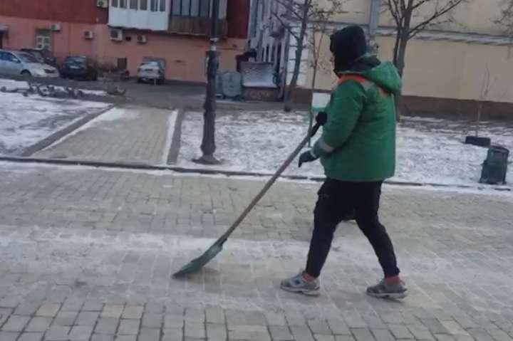 Хлопецьприбирав сніг біля кінотеатру «Жовтень» - Вандала з Алеї художників змусили прибирати вулиці Києва (відео)
