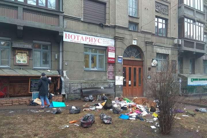 <p>Канун Дня всех влюбленных бурлит страстями</p> <div></div> <p> — В центре Киева девушка выбросила из окна вещи парня, который ее бросил (фото)»></p></div> <div class=
