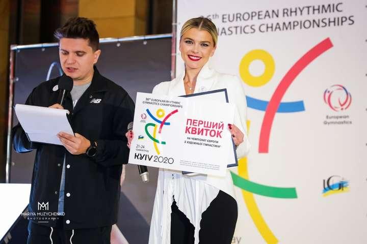 Іріша Блохіна вручила перший квиток дівчинці. яка подолала онкологію - Київ прийме Євро з гімнастики. Квитки коштуватимуть від 400 гривень