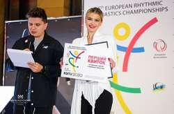 Фото: — Іріша Блохіна вручила перший квиток дівчинці, яка подолала серйозну хворобу