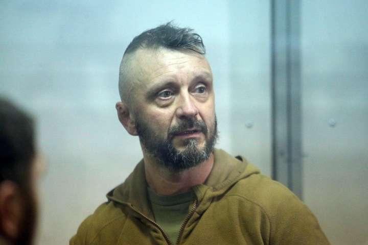 Поліція підозрює, щоАндрій Антоненко, музикант, який воював на Донбасі, причетний до злочинного угруповання, яке начебто підірвало автівку Павла Шеремета - «Слідство збирається довести вину за будь-яку ціну». Адвокат «Ріфмастера» про новини у справі Шеремета