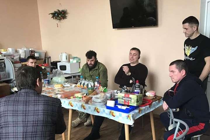 Юрій Луценко провідав поранених бійців у Київському госпіталі - Луценко відвідав поранених бійців у Києві та нарвався на «палку дискусію»