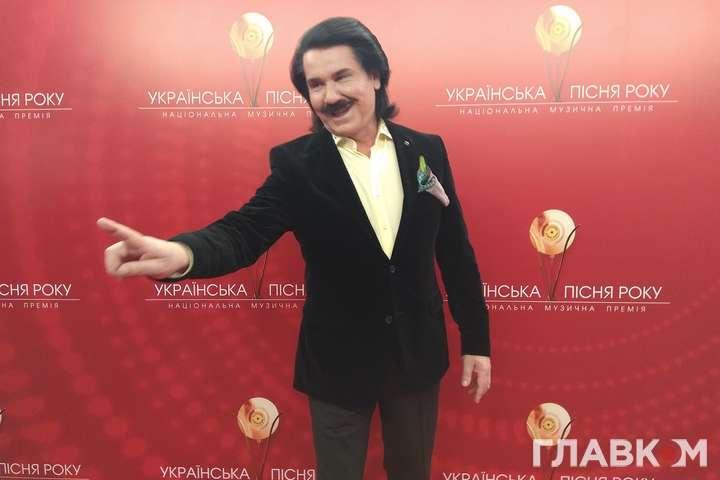 <p>Украинский поп-певец раскрыл секрет успешного выступления</p> <div></div> <p> — Лайфхак от Зиброва: «Я в гримерке не распеваюсь, а употребляю коньяк»»></p></div> <div class=