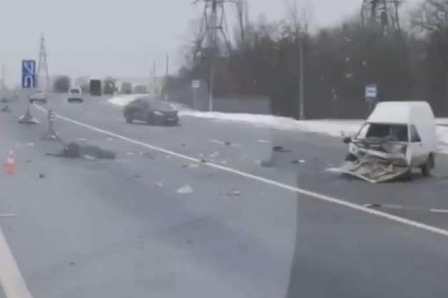 В результаті удару у пікапа сильно розбита передня частина - На Одеській трасі сталася смертельна ДТП: зіткнулися Toyota і ЗАЗ (відео)
