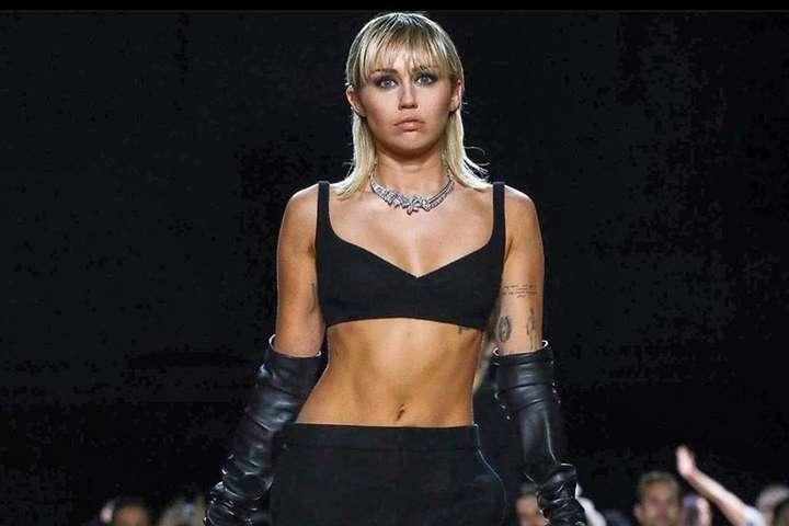 <p>Майли Сайрус дебютировала на подиуме</p> <div></div> <p> — Как выглядели самые сексуальные супермодели в мире на показе Mark Jacobs (фото)»></p></div> <div class=