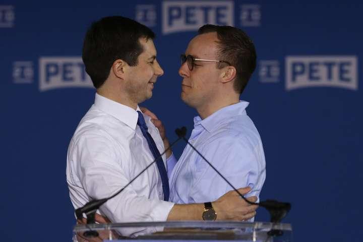 Пітер Буттіджедж (ліворуч) та його чоловікЧастен Глезман разом крокують до перемоги на президентських виборах у США - Відкритий гей вперше може очолити США. Пітер Буттіджедж та його чоловік у фотогалереї
