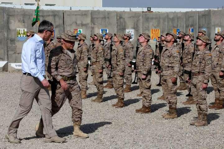 <span>Генеральний секретар НАТО Єнс Столтенберґ (ліворуч) відвідує військову базу Басмайя поблизу Багдаду, 2018 рік</span> — Україна візьме участь у місії НАТО в Іраку – міністр оборони «></div> <p><span>Генеральний секретар НАТО Єнс Столтенберґ (ліворуч) відвідує військову базу Басмайя поблизу Багдаду, 2018 рік</span></p> </p></div> <p>Під час участі в роботі в рамках зустрічі міністрів оборони НАТО українська сторона підтвердила намір України брати участь у тренувальній операції НАТО в Іраку.</p> <p>Про це під час зустрічі з пресою за підсумками візиту до брюссельської штаб-квартири НАТО розповів міністр оборони України Андрій Загороднюк.</p> <p>«Ми чітко заявили, що ми будемо брати участь. Вірогідність вкрай висока. Всі країни, які мають до цього відношення, вони так само це підтримують. Для нас це важливо, тому що ми зацікавлені стратегічно в збільшенні своєї участі в програмах (операціях) НАТО. Це і наш досвід, і нам досвід, всім від цього користь», — сказав керівник військового відомства.</p> <p>Відповідаючи на уточнююче запитання журналістів, він зауважив, що наразі Україна не має конкретних пропозицій щодо кількості персоналу або формату участі у такій тренувальній місії, тому що сам Альянс ще в процесі визначення власного залучення в Іраку, і вирішує, коли саме вона буде відновлена повною мірою.</p> <p>«Ми ведемо зараз цю роботу, з визначення конкретних людей, конкретних завдань і обсягів. Щойно все це відбудеться, ми, звичайно, про це повідомимо», — додав Загороднюк.</p> <p>Тренувальна місіяНАТОв Іраку у кількості близько 500 військовослужбовців була започаткована у 2017 році. У січні поточного року після ліквідації американськими силами іранського генерала Сулеймані поблизу аеропорту Багдада парламент Іраку на екстреному засіданні ухвалив резолюцію з вимогою вивести з країни іноземні війська. Частина країн НАТО призупинили свою участь у тренувальній місії. При цьому представники Альянсу заявляли, що тренувальна місія залишатиметься в країні доти, доки буд