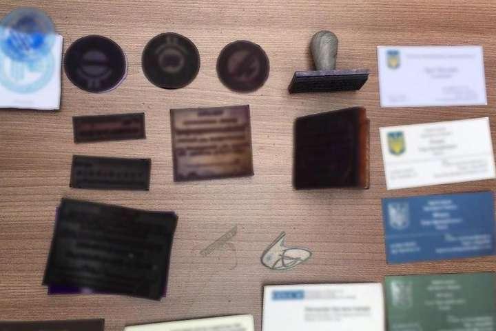 За місцем проживання підозрюваних поліцейські вилучили печатки та штампи різних органів державної влади - У Києві викрито шахраїв, які за $150 тис. продавали посади у владі (фото)