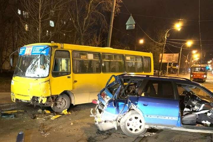 В Audi серйозне пошкодження задньої частини, у маршрутки - передньої - На трамвайних коліях у Києві зіткнулися маршрутка та Audi (фото, відео)