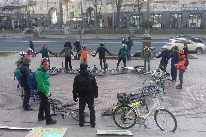 Серце з велосипедів на Хрещатику - Біля столичної мерії велосипедисти створили серце (фото, відео)