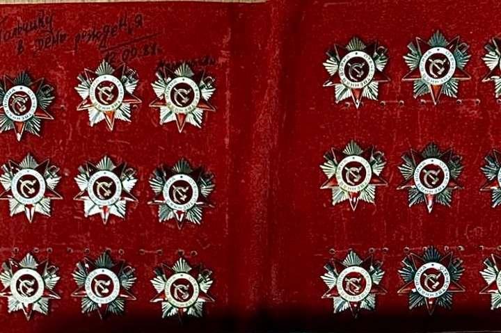 Нагороди були прикріплені до підкладки, на якій містився пам'ятний надпис: «Тольчику в день рождения. 12.09.81 г.» - У посилці до Китаю київські митники виявили радянські ордени (фото)