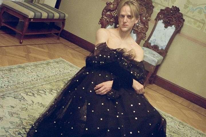 Фото Vogue с мужчиной в платье возмутило пользователей сети