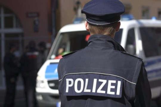 <span>Горе-бізнесмена затримали в Аугсбурзі 11 лютого</span> — У Німеччині заарештували комерсанта, який постачав росіянам військове обладнання»></div> <p><span>Горе-бізнесмена затримали в Аугсбурзі 11 лютого</span></p> </p></div> <p>У ФРН прокуратура видала ордер на арешт громадянина Німеччини за підозрою у порушенні ембарго на постачання військового устаткування і техніки подвійного призначення до Росії.</p> <p>Про це повідомила федеральна<a href=