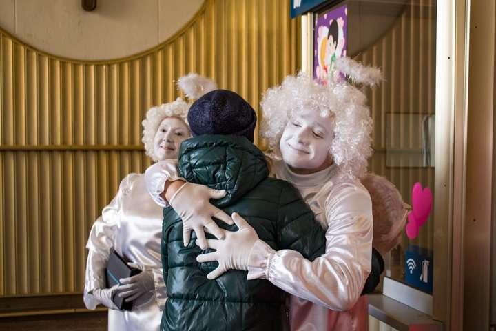 Всі охочі за обійми отримали безкоштовний проїзд у фунікулері - Як святкували День закоханих у київському фунікулері (фото)