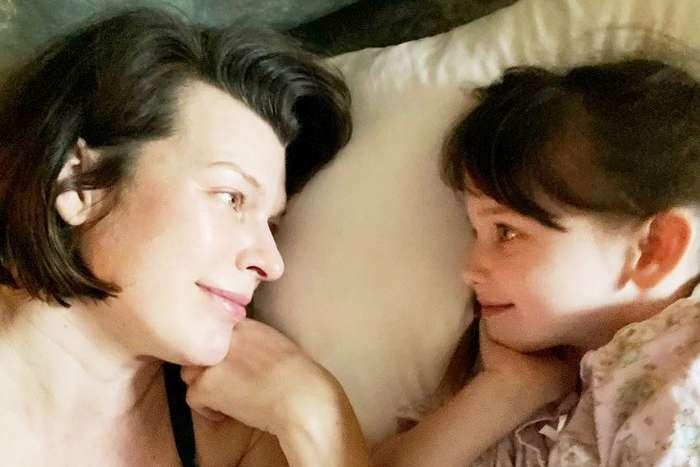 <p>44-летняя Милла Йовович столкнулась со сложностями жизни многодетной матери</p> <div></div> <p> — Милла Йовович об изменениях после родов: «Моя дочь почувствовала себя забытой»»></p></div> <div class=