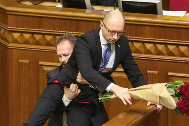 Нардеп Олег Барна виносить з парламенту прем'єр-міністра Арсенія Яценюка - Справа про повалення Яценюка. Нові подробиці