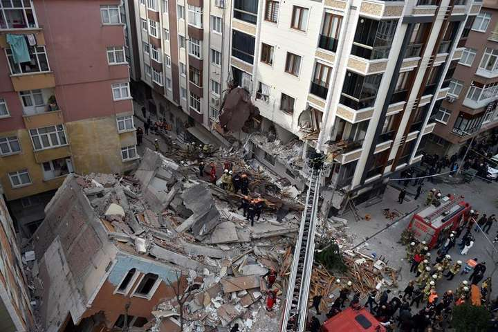 У Стамбулі обвалився семиповерховий аварійний будинок