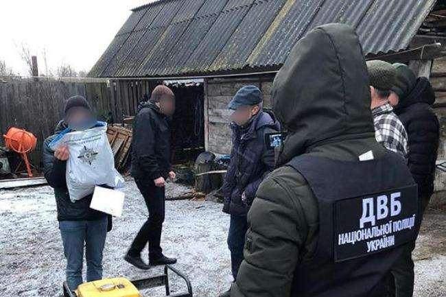Спецоперація на Рівненщині: бурштинокопачів затримали за напад на поліцейських