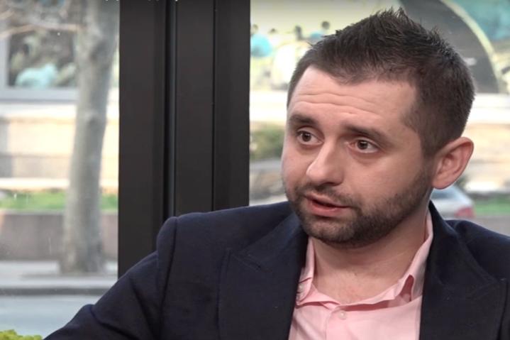 Голова фракції «Слуга народу» Давид Арахамія - Арахамія про наступ бойовиків на Донбасі: ми й далі йдемо по шляху розведення