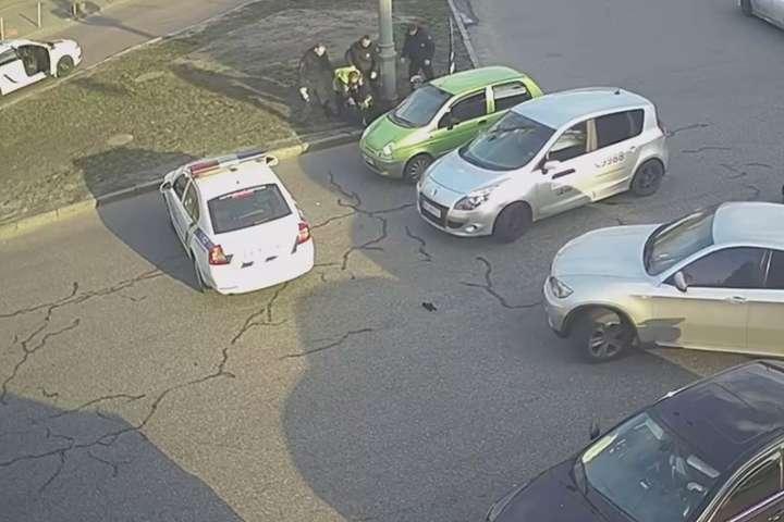 Патрульні зупинилися, щоб вгамувати учасників бійки - Не поділили смугу: у центрі Києва побилися водій та велосипедист (відео)
